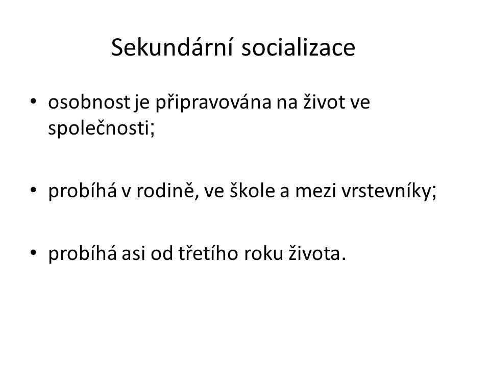 Sekundární socializace osobnost je připravována na život ve společnosti ; probíhá v rodině, ve škole a mezi vrstevníky ; probíhá asi od třetího roku života.
