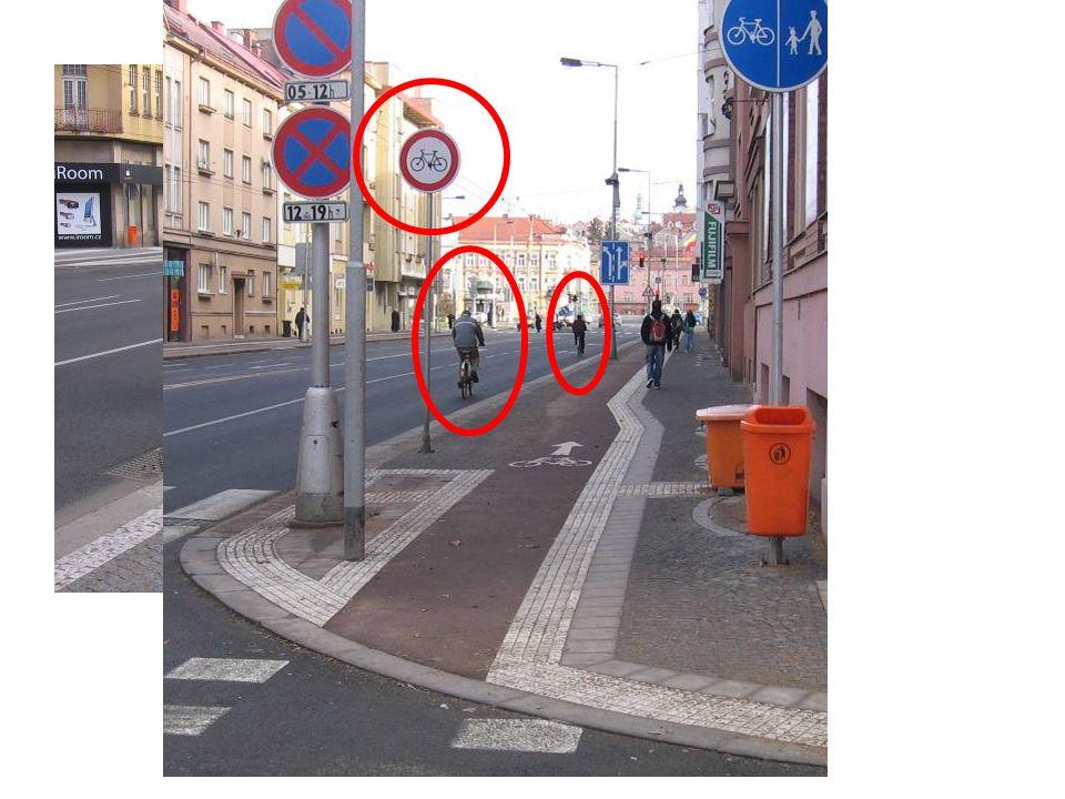 Vztah cyklistické a pěší dopravy na společných stezkách C9a - dle legislativy nadstandardní šířka pro zjištěné intenzity.