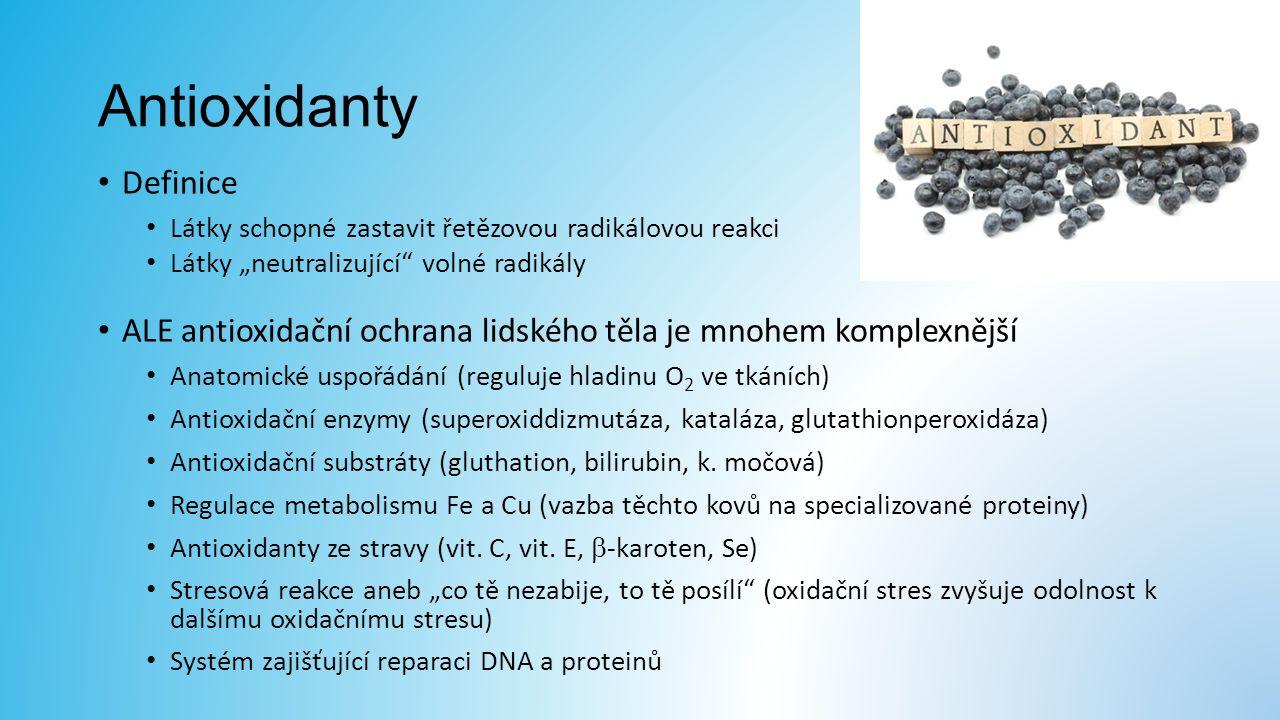 """Antioxidanty Definice Látky schopné zastavit řetězovou radikálovou reakci Látky """"neutralizující volné radikály ALE antioxidační ochrana lidského těla je mnohem komplexnější Anatomické uspořádání (reguluje hladinu O 2 ve tkáních) Antioxidační enzymy (superoxiddizmutáza, kataláza, glutathionperoxidáza) Antioxidační substráty (gluthation, bilirubin, k."""