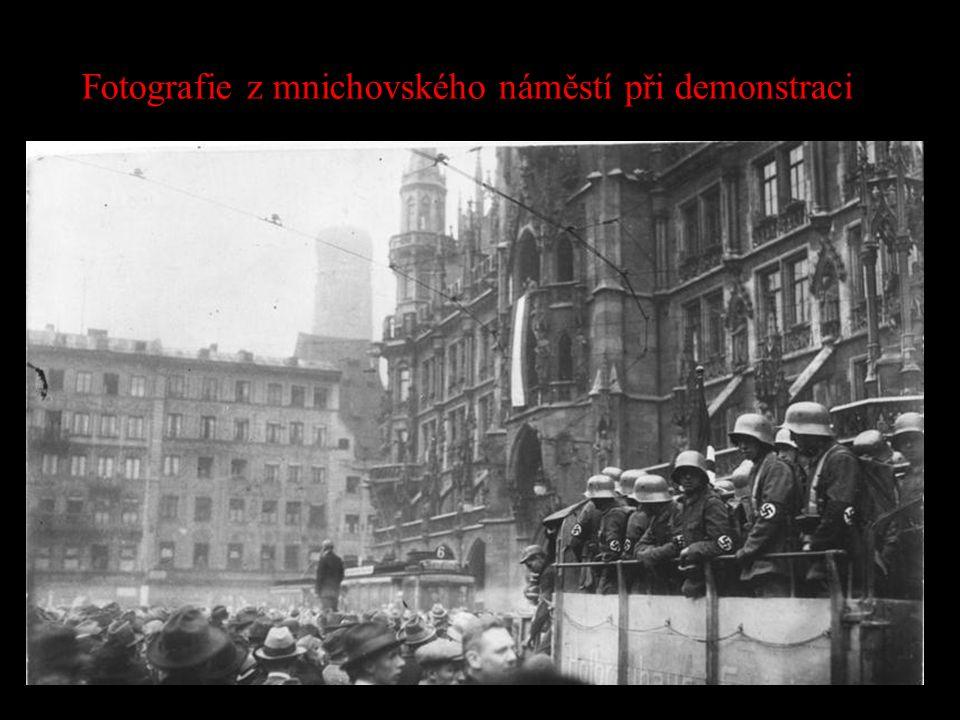 Fotografie z mnichovského náměstí při demonstraci