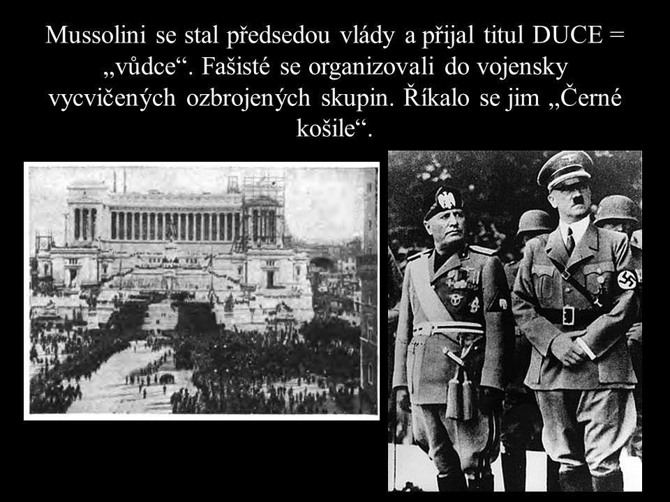 """Mussolini se stal předsedou vlády a přijal titul DUCE = """"vůdce"""". Fašisté se organizovali do vojensky vycvičených ozbrojených skupin. Říkalo se jim """"Če"""
