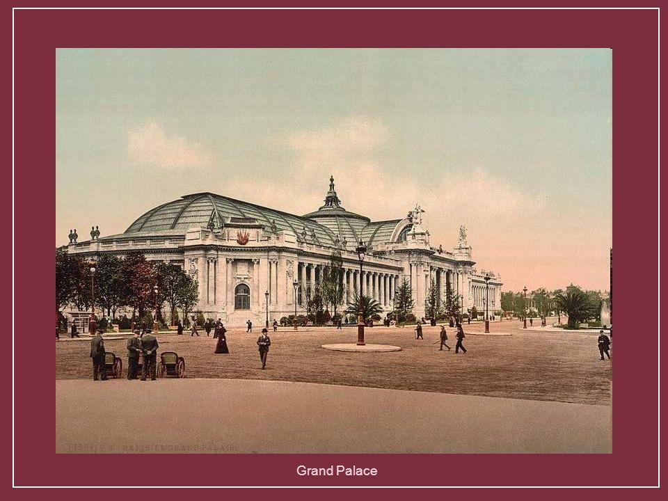 Monumentální vstupní brána do Champs Elysees