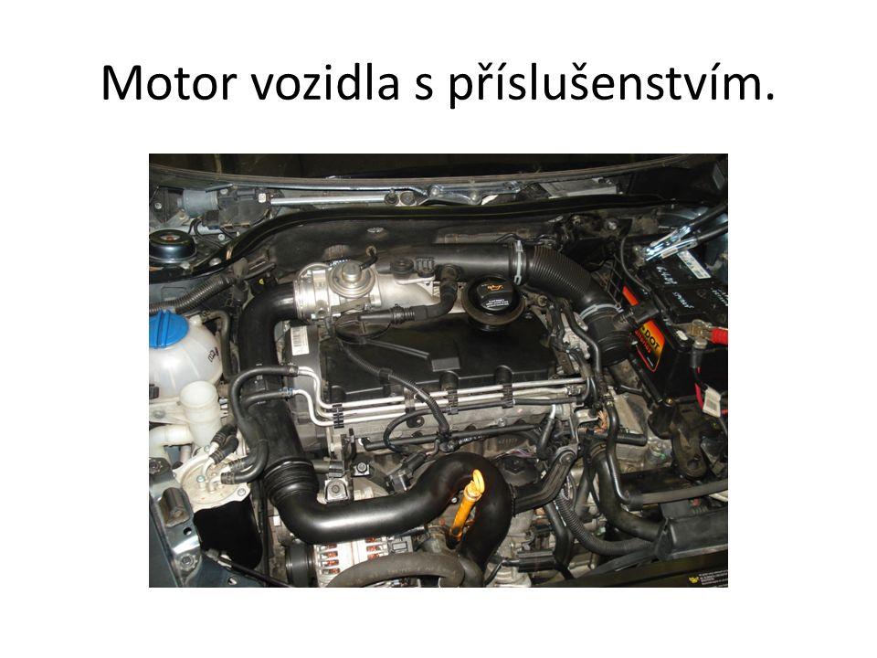 Motor vozidla s příslušenstvím.