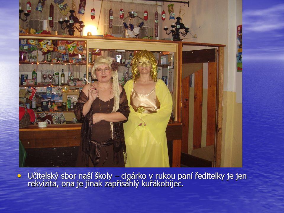 Křemílek je pyšný na tombolu, kterou pečlivě celý večer hlídal a v roli školačky Evička – účetní obecního úřadu.