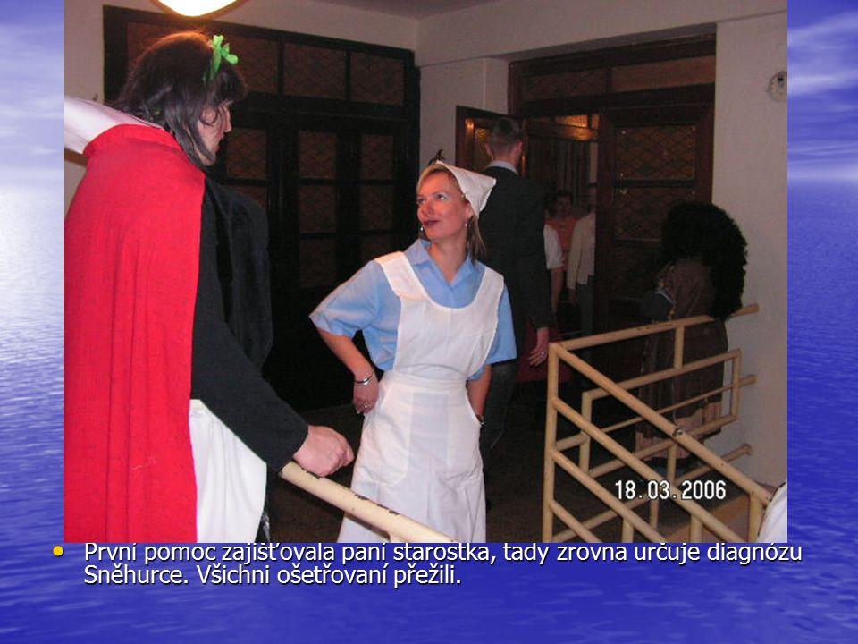 První pomoc zajišťovala paní starostka, tady zrovna určuje diagnózu Sněhurce.