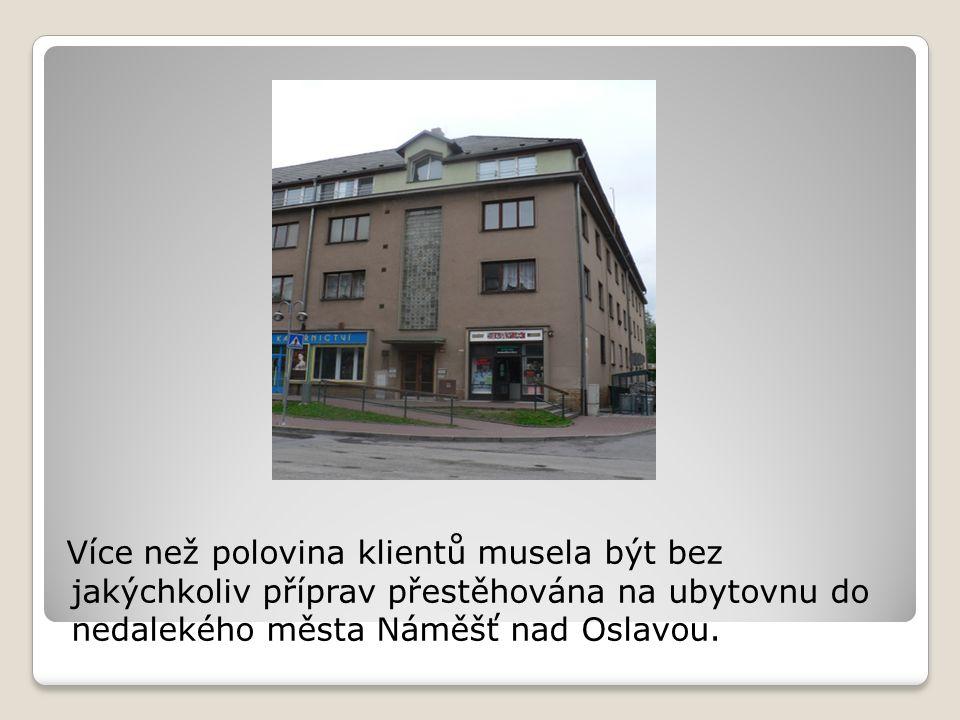 Více než polovina klientů musela být bez jakýchkoliv příprav přestěhována na ubytovnu do nedalekého města Náměšť nad Oslavou.