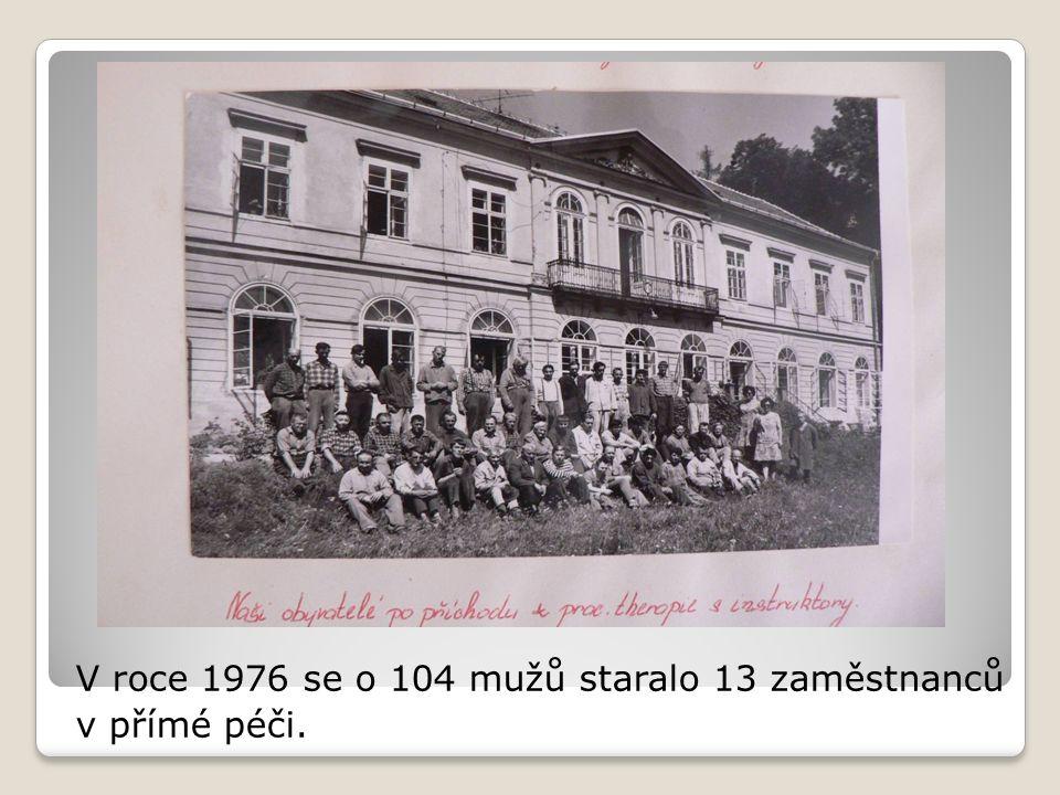 V roce 1976 se o 104 mužů staralo 13 zaměstnanců v přímé péči.