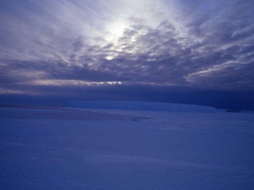 Během letních měsíců / s vrcholem léta v lednu / je světlo téměř 24 hodin denně, zatímco v zimním období mohou být dny, kdy je 24 hodin polární noc s pološerem nebo s naprostou tmou.