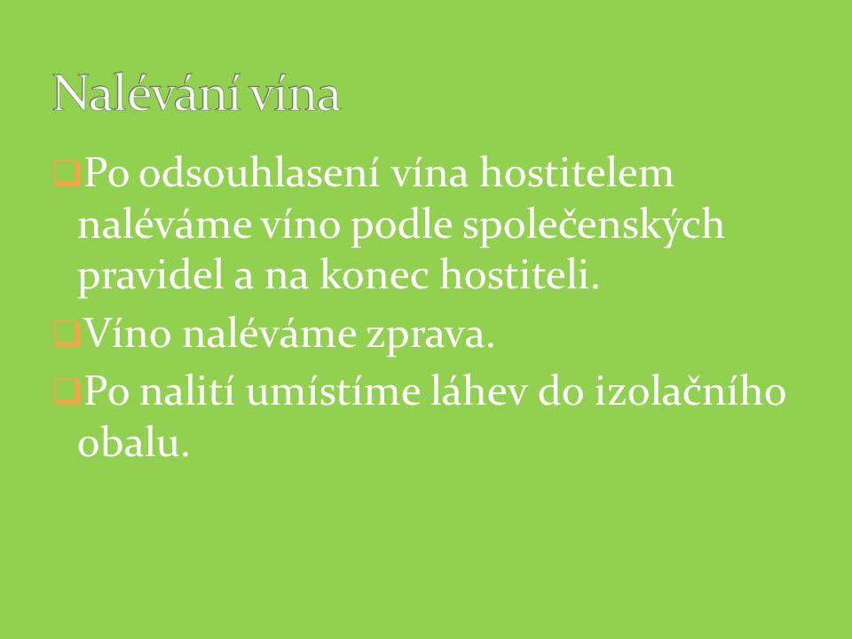  Po odsouhlasení vína hostitelem naléváme víno podle společenských pravidel a na konec hostiteli.  Víno naléváme zprava.  Po nalití umístíme láhev