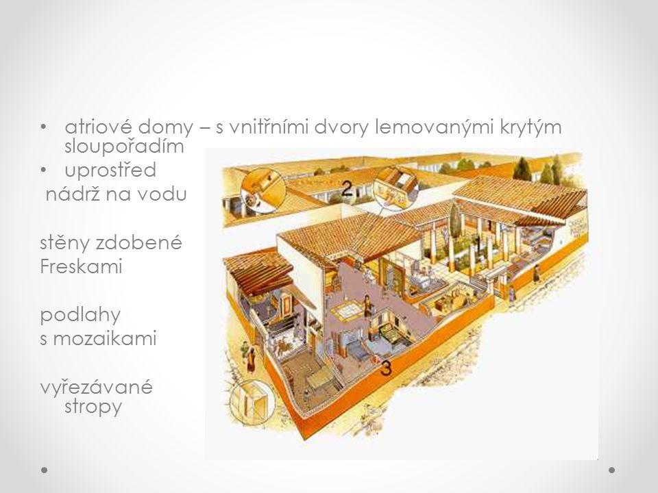 atriové domy – s vnitřními dvory lemovanými krytým sloupořadím uprostřed nádrž na vodu stěny zdobené Freskami podlahy s mozaikami vyřezávané stropy