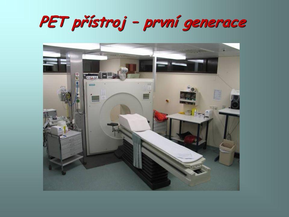 Pacientka, 77 let PET před léčbou PET po léčbě