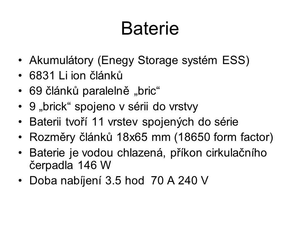 """Baterie Akumulátory (Enegy Storage systém ESS) 6831 Li ion článků 69 článků paralelně """"bric 9 """"brick spojeno v sérii do vrstvy Baterii tvoří 11 vrstev spojených do série Rozměry článků 18x65 mm (18650 form factor) Baterie je vodou chlazená, příkon cirkulačního čerpadla 146 W Doba nabíjení 3.5 hod 70 A 240 V"""
