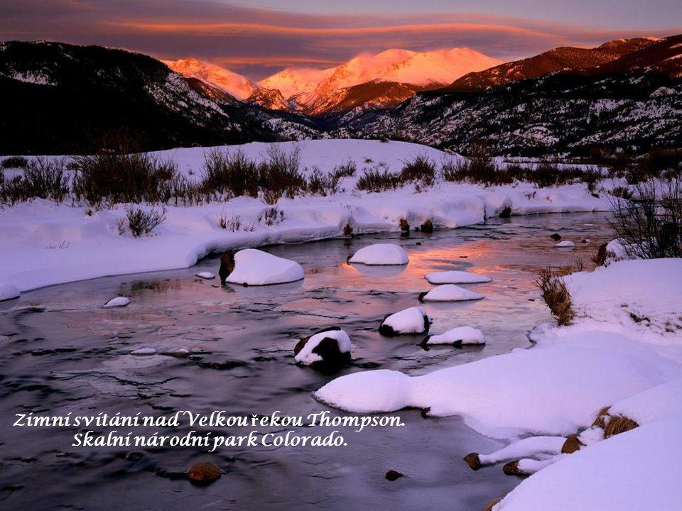 Zimní svítání nad Velkou ř ekou Thompson. Skalní národní park Colorado.