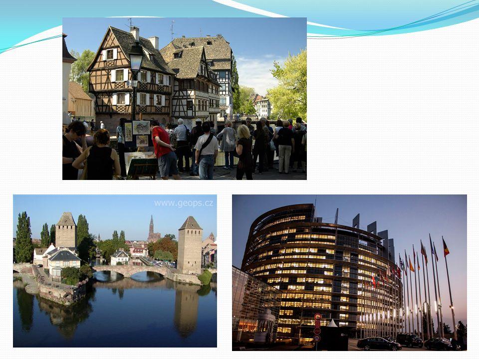 Karlsruhe Poblíž německo-francouzské hranice Založeno v 18. století Turisty vyhledávaný zámek