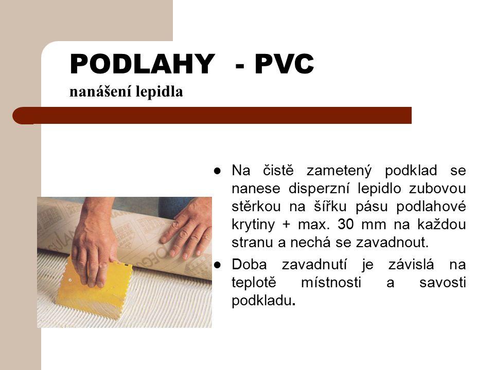 PODLAHY - PVC p ostup kladení a lepení krytiny Pás podlahové krytiny se klade po kratší straně místnosti (z důvodu rozměrové stability) Upraví se po celé své délce, aby odpovídal profilu stěny (výklenky, výstupky) Následně se od ní odtáhne min 5 mm (dilatační spára) event.