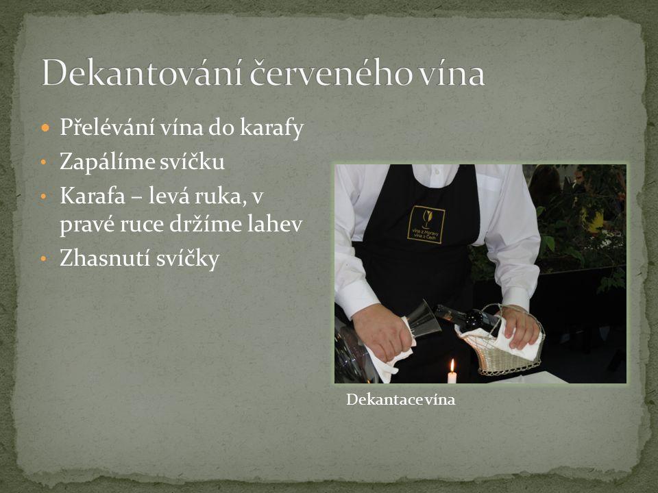 Přelévání vína do karafy Zapálíme svíčku Karafa – levá ruka, v pravé ruce držíme lahev Zhasnutí svíčky Dekantace vína