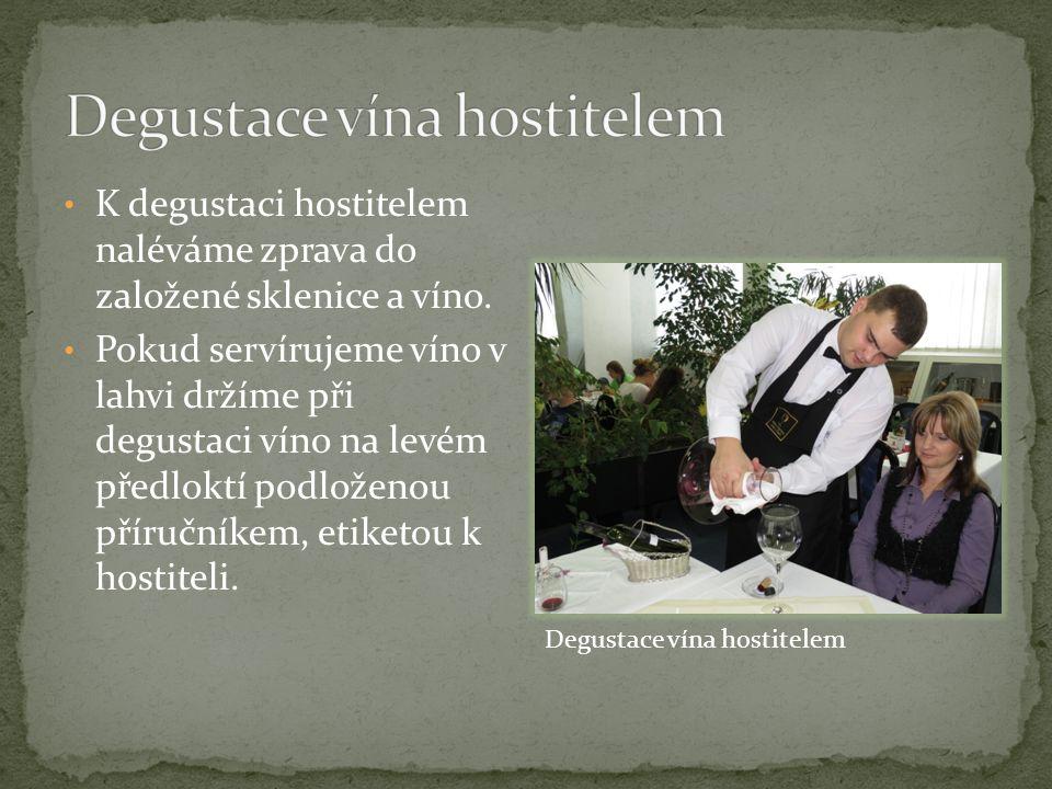 K degustaci hostitelem naléváme zprava do založené sklenice a víno.