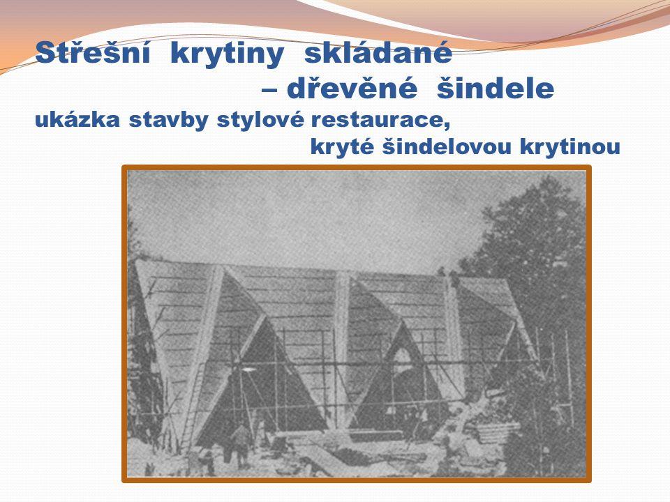 Střešní krytiny skládané – dřevěné šindele ukázka stavby stylové restaurace, kryté šindelovou krytinou