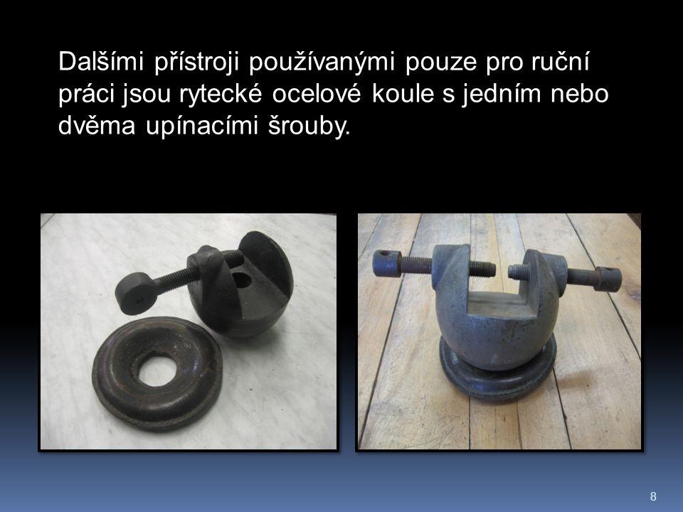 8 Dalšími přístroji používanými pouze pro ruční práci jsou rytecké ocelové koule s jedním nebo dvěma upínacími šrouby.
