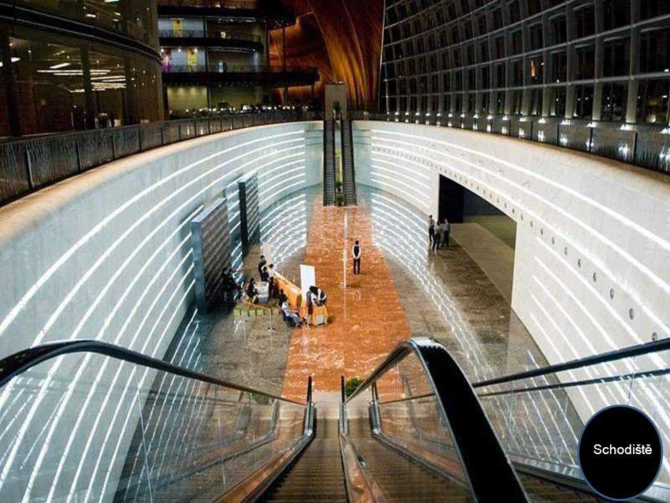 Podlahy jsou z bílého, šedého a žlutého mramoru, dovezeného z různých provincií Číny