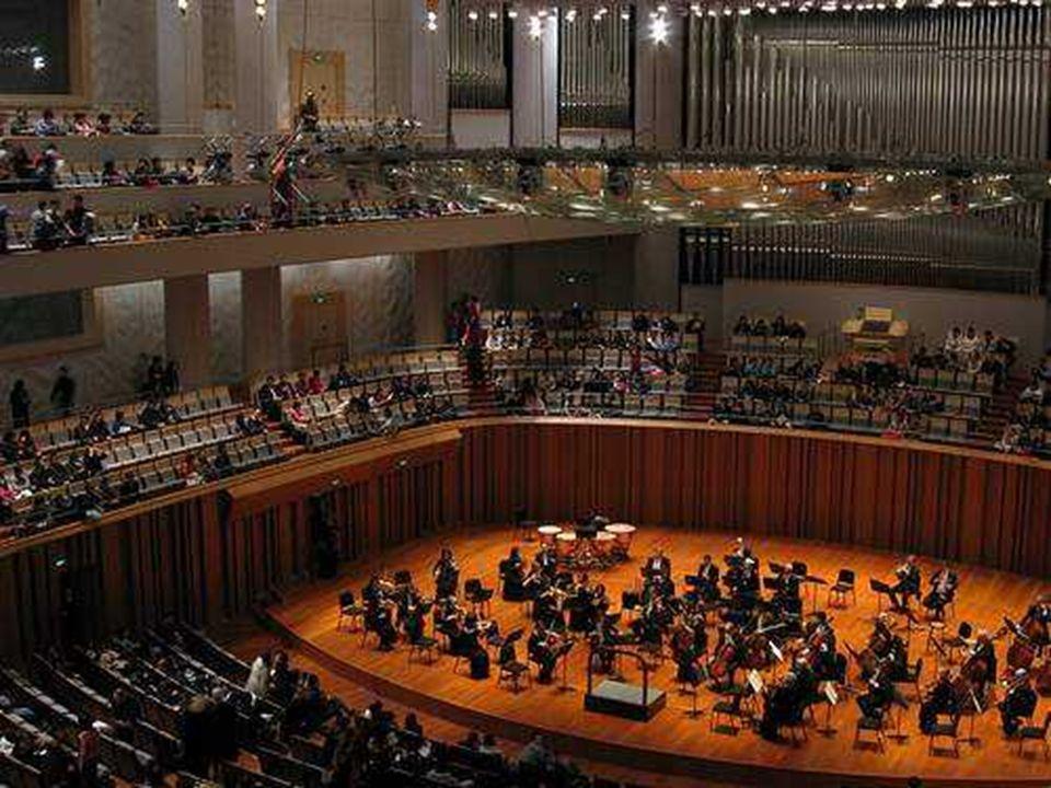 Koncertní sál pojme 2. 017 lidí