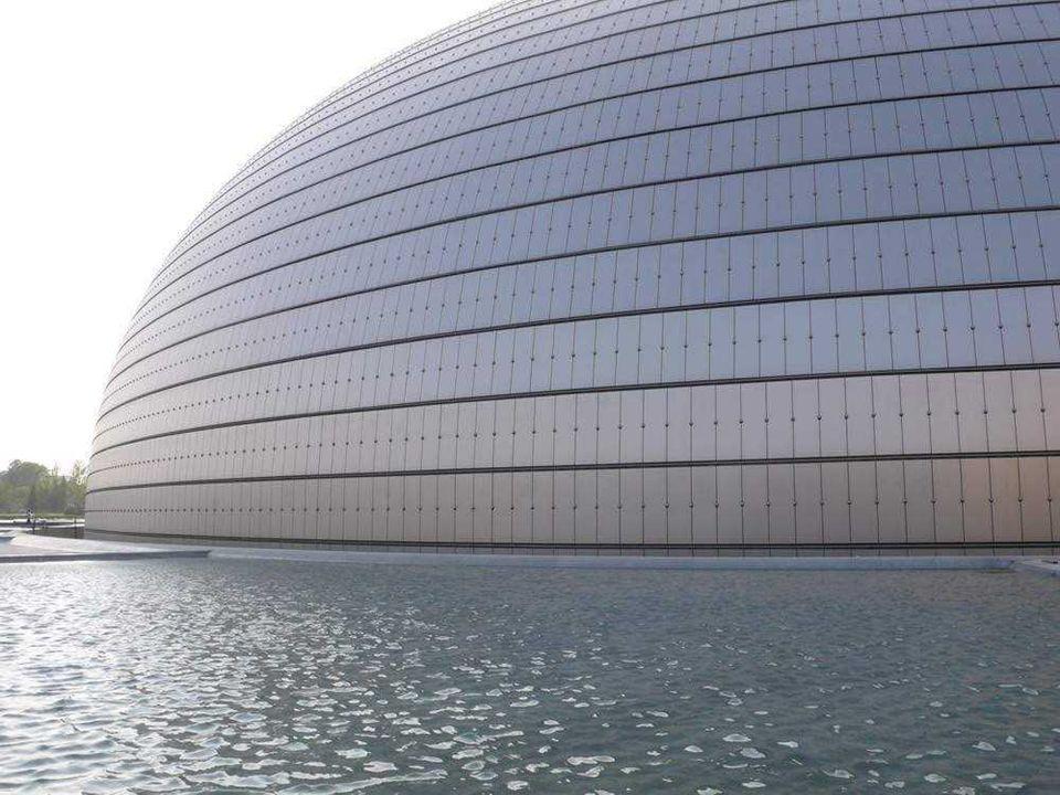 Budova je potažená titanovými panely a vrstveným sklem. Otvírá postupně od shora dolů.