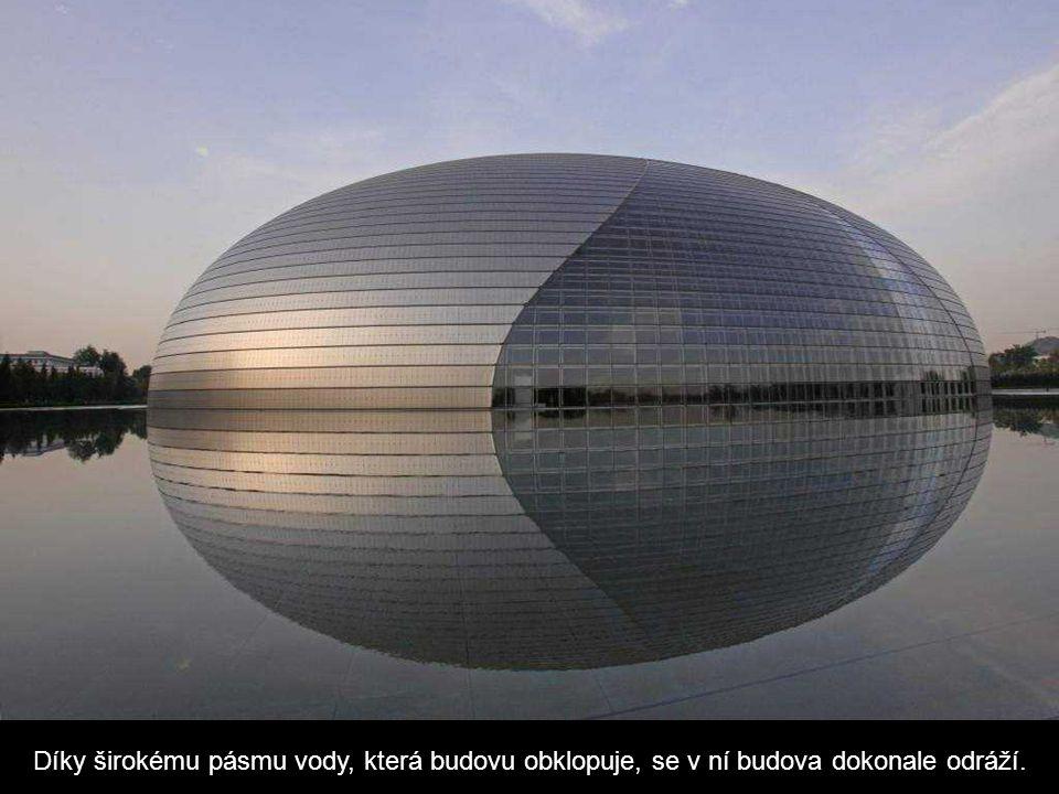 Díky širokému pásmu vody, která budovu obklopuje, se v ní budova dokonale odráží.