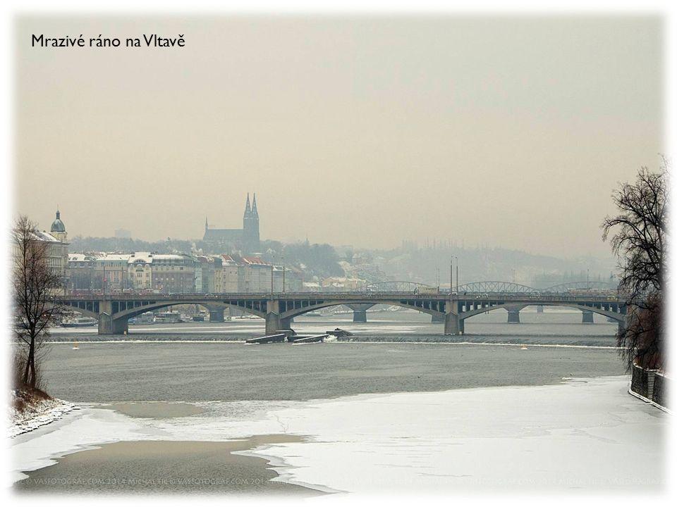 Mrazivé ráno na Vltavě
