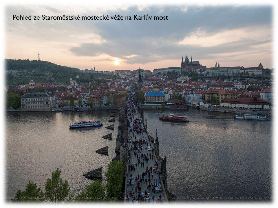Pohled ze Staroměstské mostecké věže na Karlův most
