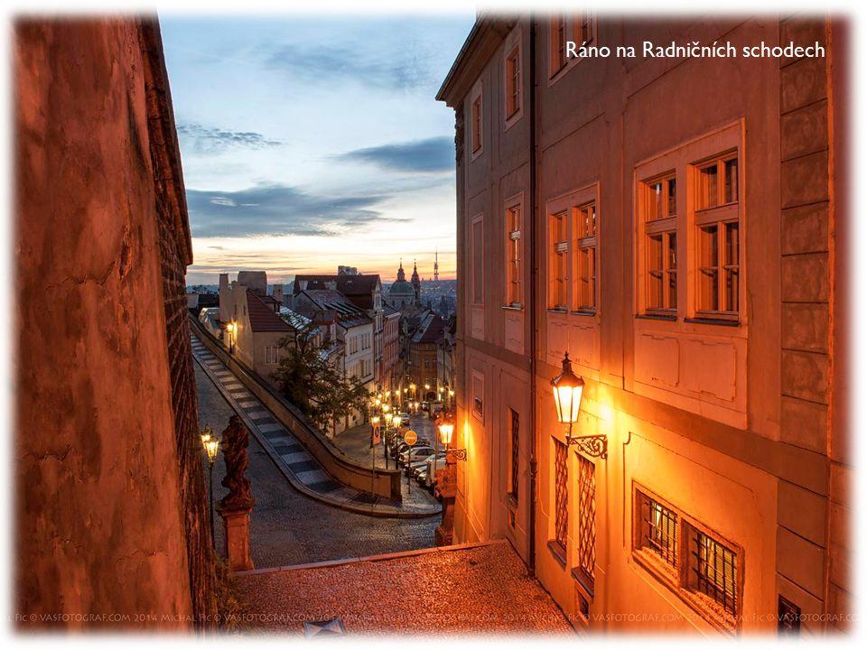 Probouzející se Praha v Pařížské ulici