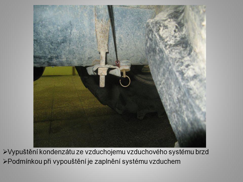  Vypuštění kondenzátu ze vzduchojemu vzduchového systému brzd  Podmínkou při vypouštění je zaplnění systému vzduchem