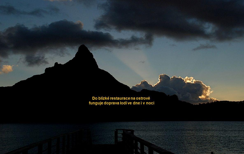Do blízké restaurace na ostrově funguje doprava lodí ve dne i v noci funguje doprava lodí ve dne i v noci