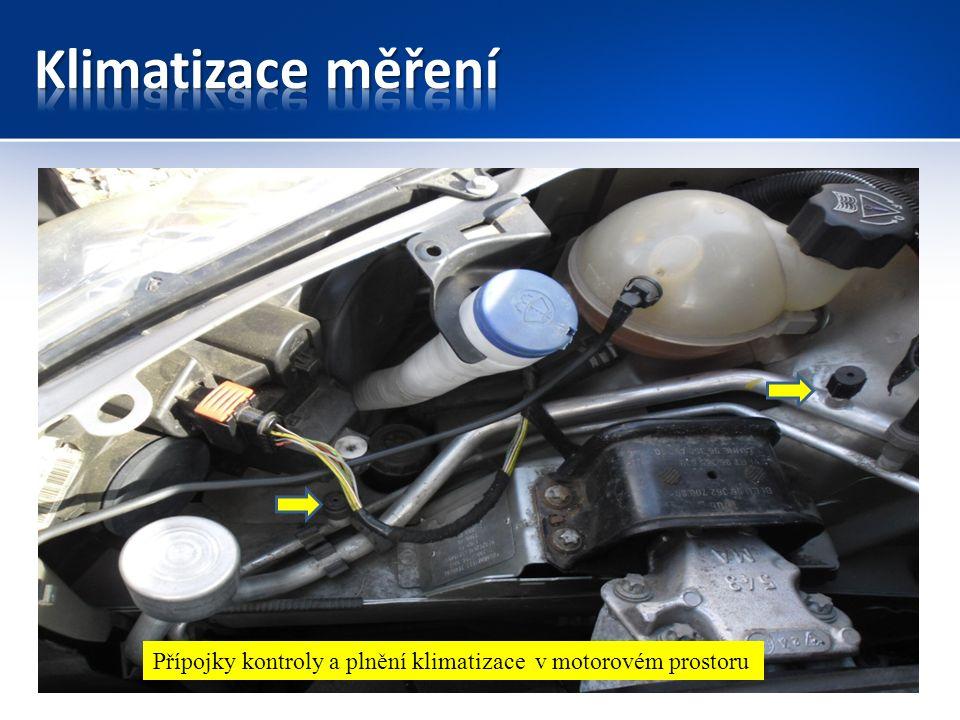 Přípojky kontroly a plnění klimatizace v motorovém prostoru