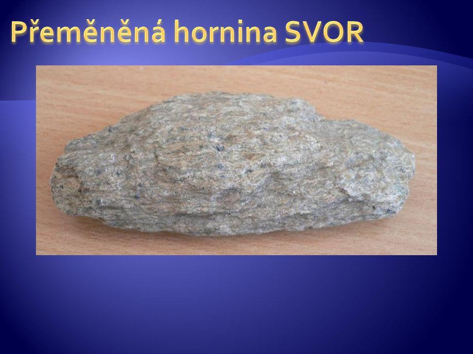 RULA  nejrozšířenější přeměněná hornina  vzniká z jakékoli horniny (vyvřelé i usazené) za vysokého stupně metamorfózy  ruly vzniklé z vyvřelin se nazývají ortoruly, ruly vzniklé přeměnou sedimentů jsou pararuly  vyskytuje se nejčastěji v odstínech šedé barvy  vyznačují se rovnoběžnou stavbou  snadno zvětrává, proto není příliš vhodná jako stavební materiál, přesto se pro svou dekorativnost používá na schody a chodníky