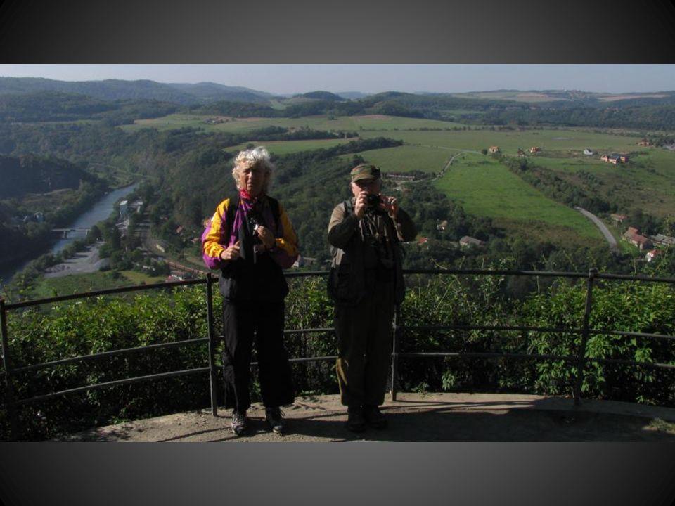 Šipka ukazuje přibližně na Křivoklát, ukrytý v údolí za kopcem, který je cílem našeho putování.