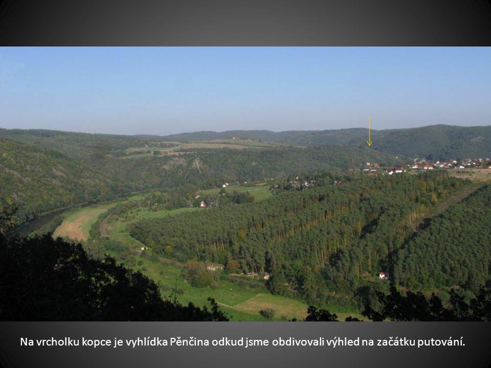 Šipka ukazuje na Zbečno které je v schované v údolí a odkud náš výlet začal.