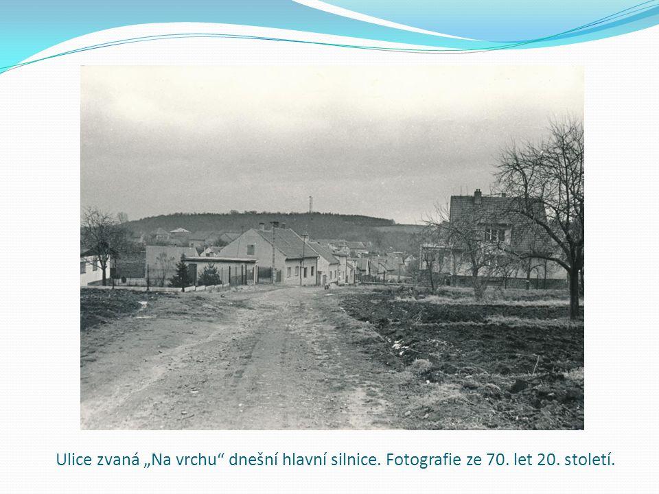 """Ulice zvaná """"Na vrchu dnešní hlavní silnice. Fotografie ze 70. let 20. století."""