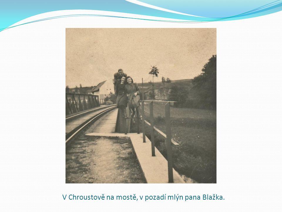 V Chroustově na mostě, v pozadí mlýn pana Blažka.