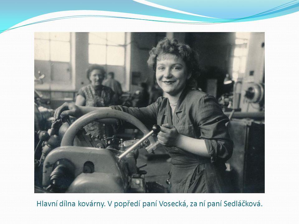 Hlavní dílna kovárny. V popředí paní Vosecká, za ní paní Sedláčková.