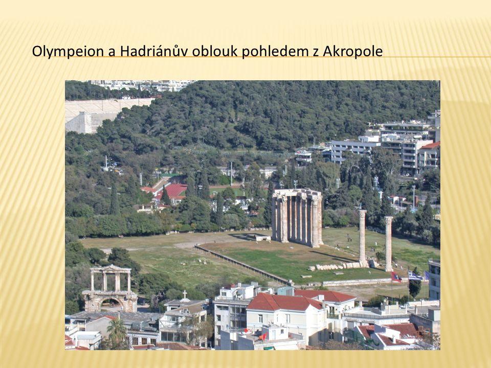 Olympeion a Hadriánův oblouk pohledem z Akropole