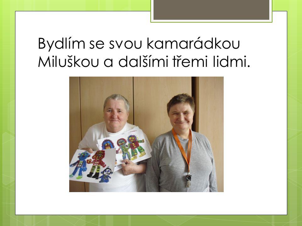 Bydlím se svou kamarádkou Miluškou a dalšími třemi lidmi.