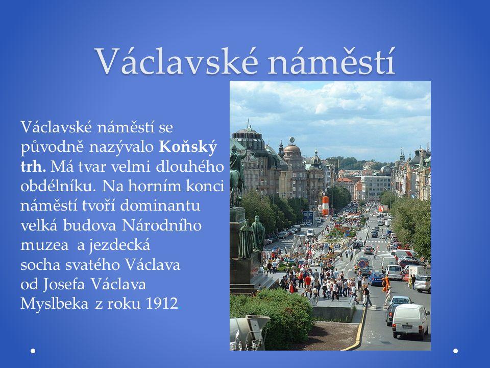 Václavské náměstí Václavské náměstí se původně nazývalo Koňský trh. Má tvar velmi dlouhého obdélníku. Na horním konci náměstí tvoří dominantu velká bu