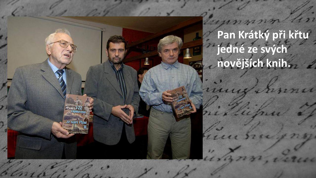 Pan Krátký při křtu jedné ze svých novějších knih.
