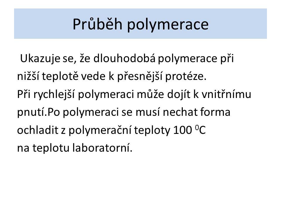 Průběh polymerace Ukazuje se, že dlouhodobá polymerace při nižší teplotě vede k přesnější protéze.