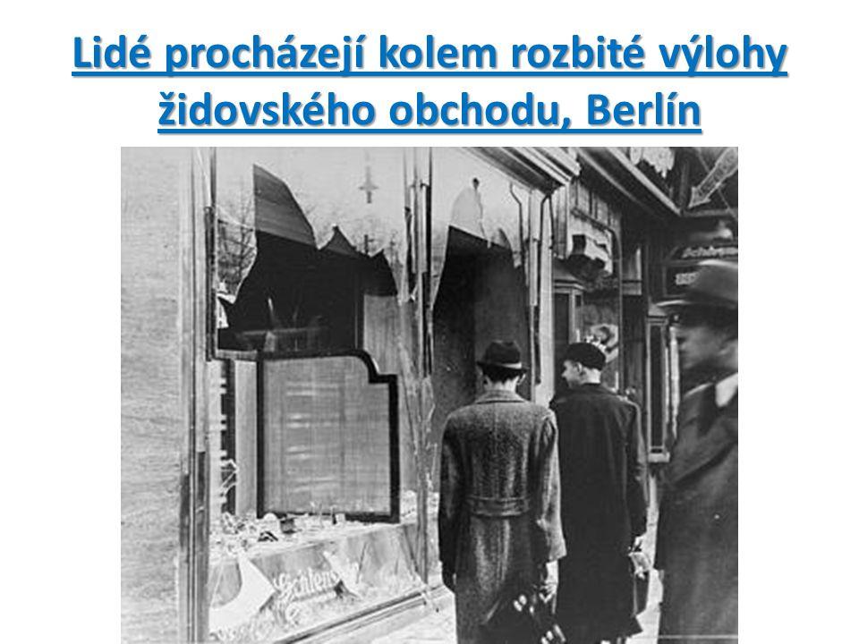 Lidé procházejí kolem rozbité výlohy židovského obchodu, Berlín