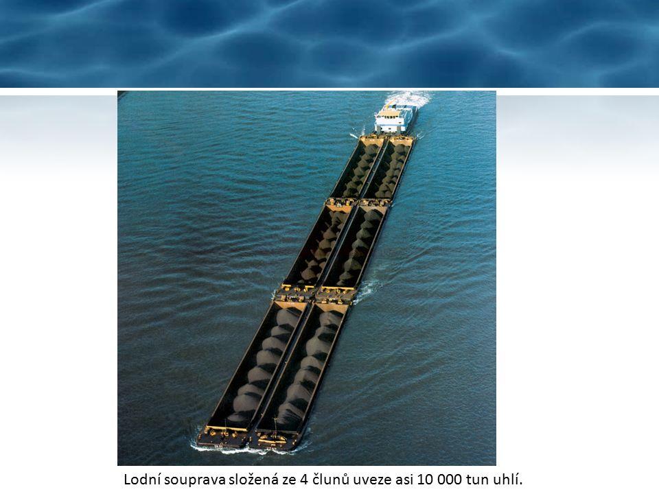 Říční tanker na přepravu chemických látek. Říční loď pro přepravu mouky