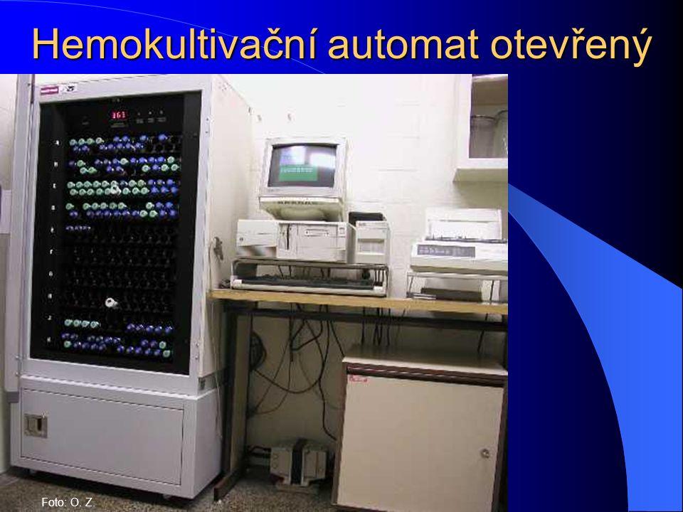 Hemokultivační automat otevřený Foto: O. Z.