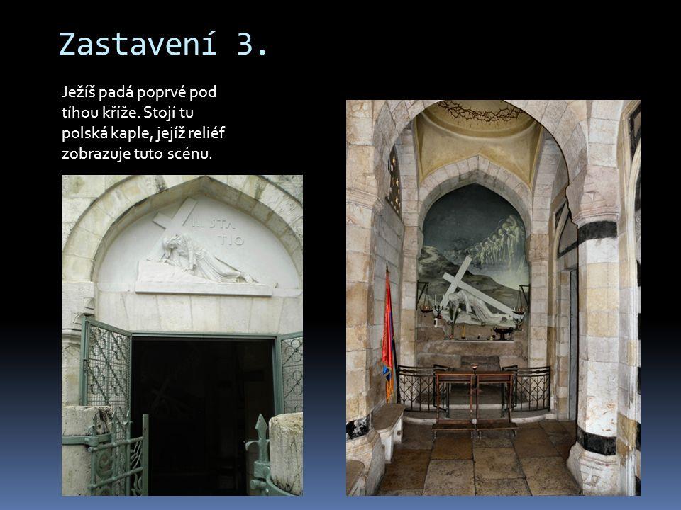 Zastavení 3. Ježíš padá poprvé pod tíhou kříže. Stojí tu polská kaple, jejíž reliéf zobrazuje tuto scénu.