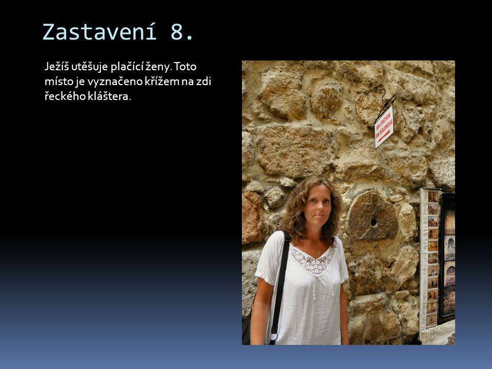 Zastavení 8. Ježíš utěšuje plačící ženy. Toto místo je vyznačeno křížem na zdi řeckého kláštera.
