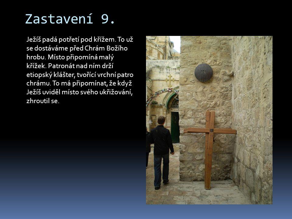 Zastavení 9. Ježíš padá potřetí pod křížem. To už se dostáváme před Chrám Božího hrobu. Místo připomíná malý křížek. Patronát nad ním drží etiopský kl